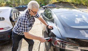 """Jukka Heinosen Teslan mittariin kertyneistä 70 000 kilometristä hyvä osa on pystytty ajamaan itse tuotetulla sähköllä. """"Mielenkiintoista tällaista on kokeilla"""", Heinonen tuumaa."""