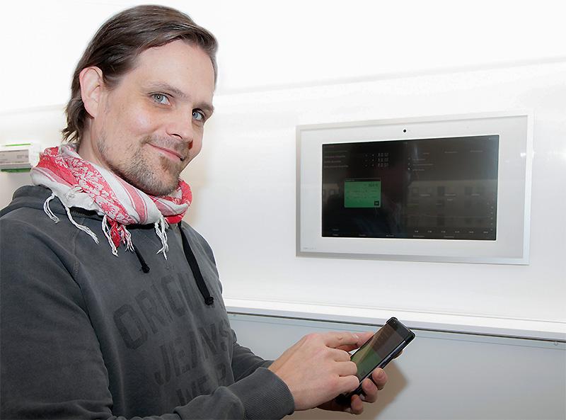 Merilux oy:n markkinointipäällikkö Mikael Sjöblom esittelee KNX-pohjaista sähkölämmityksen ohjausjärjestelmää.
