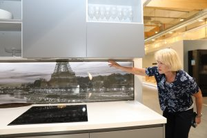 Keittiökaapiston välitilaa voi laattojen sijaan koristaa valokuvaelementti, johon on integroitu himmennettävät ledinauhat. Irrotettavan lasin takana voi olla vaikka itse otettu kuva.