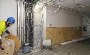 Kerrostalon sähköremontin yhteydessä uusitaan vähintään kiinteistön nousujohdot ja pää- ja mittarikeskukset.