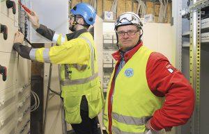 Lahtelaisen LSK Electrics oy:n Mika Petäjämaan mukaan uusia sähköpääkeskuksia on joskus vaikea saada mahtumaan kellaritiloihin, sillä ennen vanhaan sähkökeskukset olivat selvästi nykyistä pienempiä. Vieressä sähköinsinööriksi opiskeleva sähköasentaja Robert Ellmén.