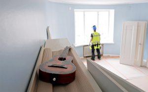 Vanhoissa taloissa uusia kaapeleita ei yleensä lähdetä poraamaan tai roilottamaan seinien sisään työn vaativuuden takia. Kuva Mikko Käkelä.